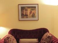 Fotografia con passepartout grigio e cornice  di legno rossa (Collezione privata).